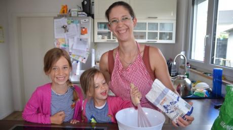 Beim Backen wird Mareike Maier aus Unterroth von ihren Töchtern Theresa und Rebecca unterstützt. Mit einer Spezialität aus Portugal ist sie im aktuellen Zuckerguss-Heft vertreten.