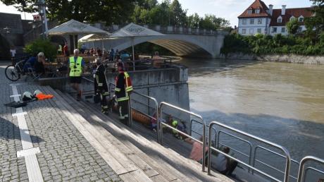 Am Donaukai versammelten sich Schaulustige. Auch diesen Bereich musste die Polizei blockieren.