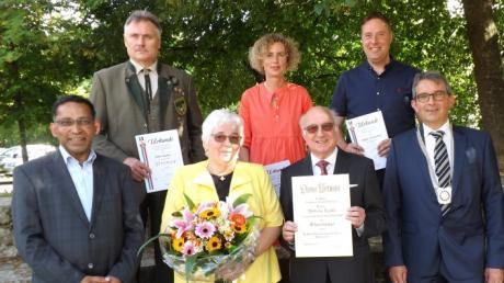 Wilhelm Knoll (Mitte) ist neuer Ehrenbürger von Langenneufnach.