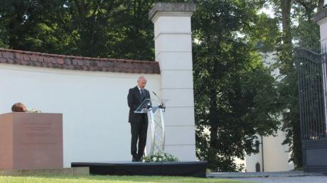 Zu Ehren von Graf von Staufffenberg wurde vor dem Schloss Jettingen eine Gedenkstunde abgehalten. Generalleutnant a. D. Markus Bentler hielt die Festrede.