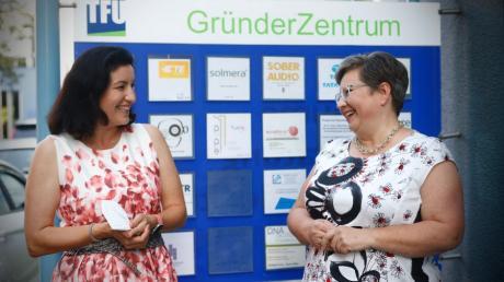 Staatsministerin Dorothee Bär (links) besuchte das Gründerzentrum Neu-Ulm. Hier ist sie im Gespräch mit TFU-Geschäftsführerin Ulrike Hudelmaier.