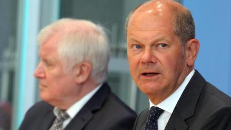 Bundesfinanzminister Olaf Scholz (r.) und Bundesinnenminister Horst Seehofer stehen Journalisten Rede und Antwort.