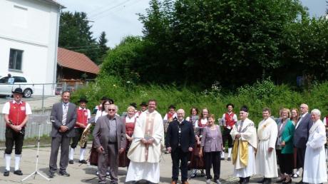 Viele Ziemetshauser freuten sich mit Jubilar Pfarrer Karl B. Thoma über den schönen Dankgottesdienst und das Ständchen der Musikvereinigung.