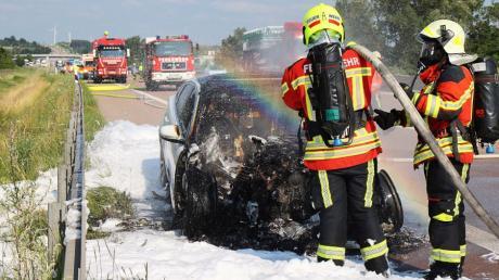Da war nichts mehr zu retten: Die Feuerwehr Burgau löschte das Auto auf der A8, das letztlich völlig ausbrannte. Von den Insassen wurde zum Glück niemand verletzt.