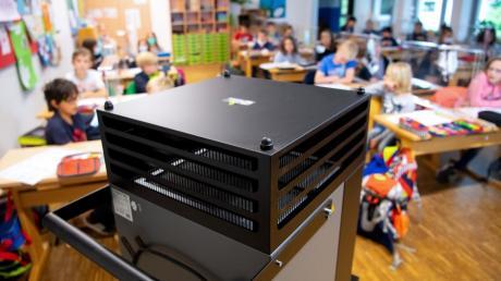 Gehören solche Luftfilter bald zum typischen Bild eines Klassenzimmers? Der Sendener Stadtrat diskutiert noch darüber, ob die Geräte angeschafft werden sollen.