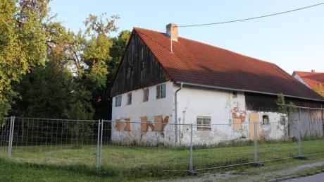 Die beiden Ruinen neben dem Kindergarten Sonnenschein können nun bald im Rahmen der Dorferneuerung abgerissen werden.