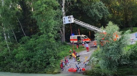 Mit Booten und einem Hubschrauber suchten Rettungskräfte am Mittwochabend nach Schwimmern im Lech.