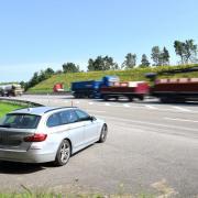 Reger Verkehr auf der A8 in Höhe Leipheim: Die Verkehrspolizei Neu-Ulm ist mit einem Zivilfahrzeug unterwegs und kontrolliert Fahrzeuge und deren Insassen.