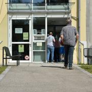 Die Schlange geht am Sonderimpftag des Landratsamts Landsberg von der Eingangstür bis zum Sitzungssaal im ersten Stock.