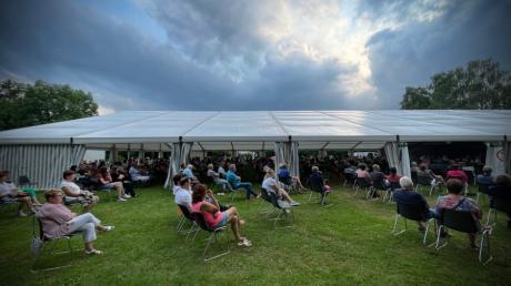 Mehr als 300 Menschen kamen zur Bürgerversammlung in Gerlenhofen. Das Zelt war voll, auch draußen saßen Bürgerinnen und Bürger.