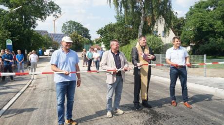 Sie gaben die neue Brücke in Adelzhausen offiziell frei: (von links) Georg Grimbacher von der gleichnamigen Ingenieurbau-Firma, Bürgermeister Lorenz Braun, Pfarrer Eberhard Weigel und Markus Kreitmeier, Bereichsleiter des Staatlichen Bauamts Augsburg.