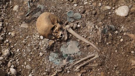 Mit viel Schmuck wurde die Frau in der frühen Bronzezeit im heutigen Kleinaitingen beerdigt.
