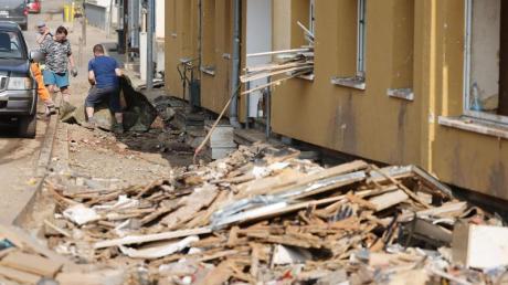 In Gemünd in Nordrhein-Westfalen wird Schutt aus den Häusern geräumt.