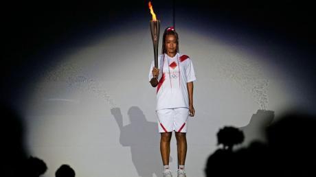 Viel Show vor nur wenigen Zuschauern im Olympiastadion von Tokio. Das olympische Feuer wurde von der japanischen Tennisspielerin Naomi Osaka am Freitagabend entzündet.