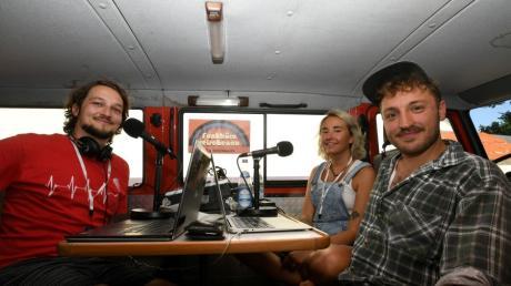 Mit dem Funkbüro Reischenau haben sie Dinkelscherbens ersten Radiosender gegründet. Gesendet wird während der Veranstaltungsreihe im Rathausgarten. Von links: Johannes Geltl, Anna Klein, Moritz Jelting.