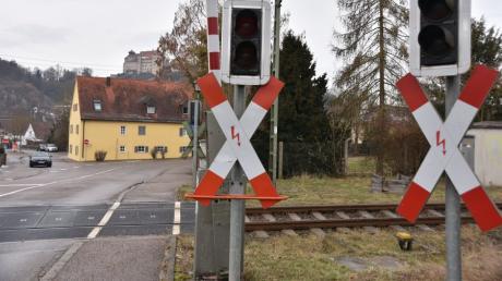 Am Bahnübergang Mündlinger Straße in Harburg ist ein Radler verunglückt..
