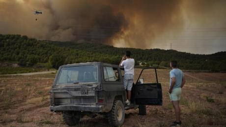 Menschen beobachten einen Waldbrand im spanischen Santa Coloma de Queralt. Das Feuer im Nordosten des Landes ist außer Kontrolle geraten.