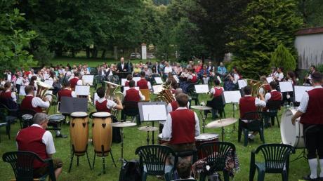 Robert Sibich und der Musikverein Fischach bezauberten ihr Publikum bei der Serenade im Park von Schloss Elmischwang.