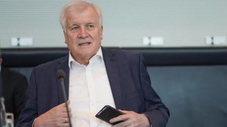 Bundesinnenminister Horst Seehofer kommt zur Sitzung des Bundestags-Innenausschusses.