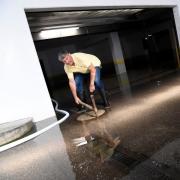Hausverwalter Rolf Ricker wirft einen Blick in die Tiefgarage, in der das Grundwasser steht. In den vergangenen Tagen liefen die Pumpen.