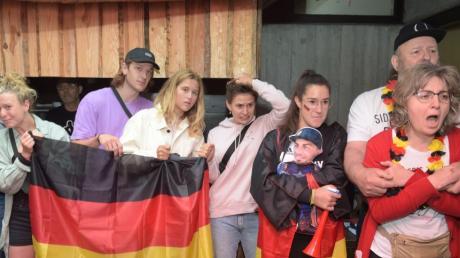 Fans und Familie fiebern an der Großleinwand beim Rennen des Augsburger Kanuten Sideris Tasiadis mit.