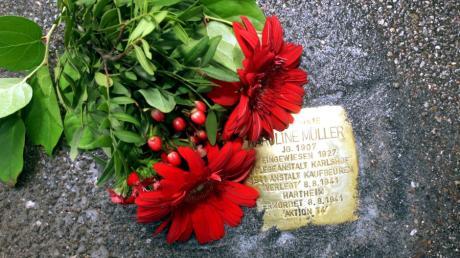 """In Augsburg wurden neue """"Stolpersteine"""" verlegt, die an NS-Opfer erinnern, hier das Mahnmal  in der Zimmermannstraße 20 für die gehörlose Karolina Balbina Müller."""