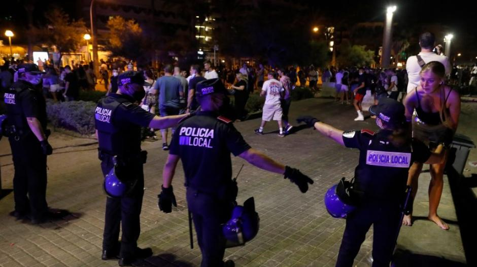 """Nahezu jeden Abend muss die Polizei auf Mallorca ausrücken, um das Partyvolk am """"Ballermann"""" zu bändigen - oft ohne Erfolg."""
