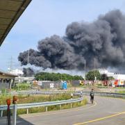 Dicke Rauchwolken sind über Leverkusen zu sehen.