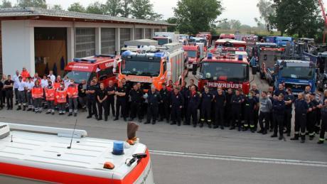 Einsatzbesprechung vor der Abfahrt des Feuerwehr-Kontingents mit BRK-Unterstützung am Dienstagmorgen im Betriebshof der Autobahnmeisterei Vöhringen. 100 Einsatzkräfte aus Schwaben sind ins Katastrophengebiet unterwegs.