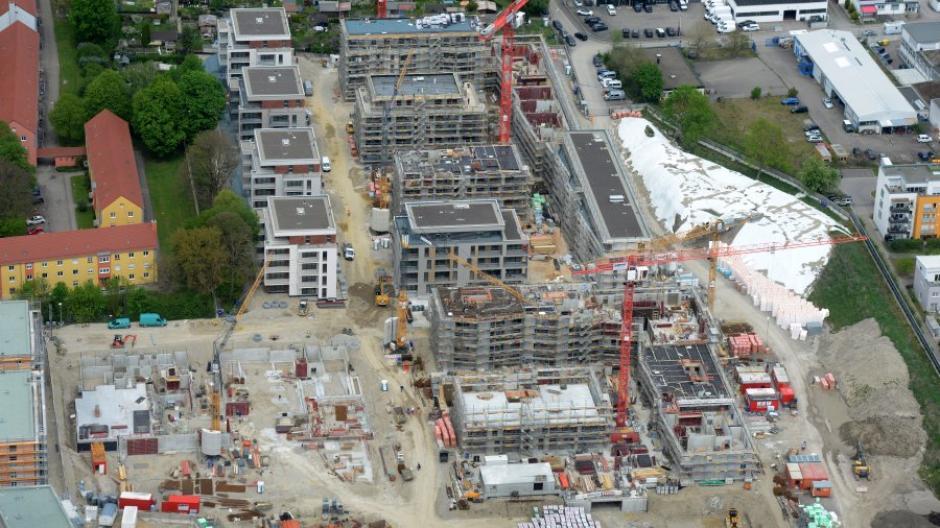 In Augsburg entstehen mehrere neue Wohnbauprojekte. Das aktuell größte ist der Ackermannpark neben dem Dehner-Gartencenter an der Bgm.-Ackermann-Straße (hier ein Luftbild vom Mai).