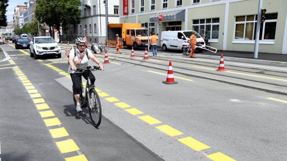 In der Hermanstraße wurden am Dienstag die provisorischen Fahrradstreifen angelegt. Die ersten Radler nutzten sie schon.