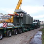Ein Trafo wie dieser - hier bei der Anlieferung - sorgte am Mittwochvormittag für einen kurzfristigen Stromausfall im gesamten Gersthofer Stadtgebiet.