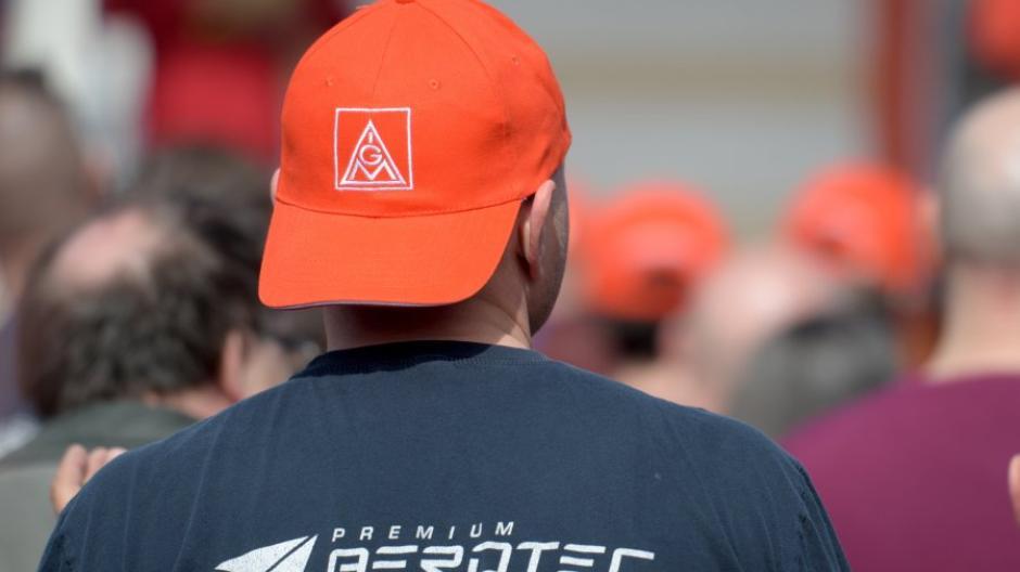Bei einer Kundgebung der IG Metall protestierten Mitarbeiter von Premium Aerotec gegen Stellenabbau.