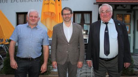 Bürgermeister Marcus Knoll mit dem neuen Esten Vorsitzenden Ralph Maier (links) und dem Zweiten Vorsitzenden Emil Genes.