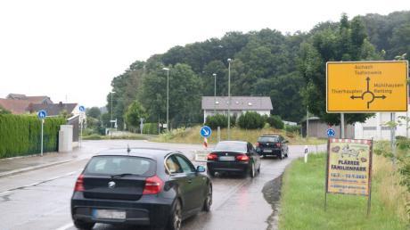 Die Fahrbahndecke des Kreisverkehrs der Staatsstraße 2381 sowie der angrenzenden Straßenäste in Todtenweis-Sand wird vom 30.07.2021 bis zum 13.08.2021 erneuert.
