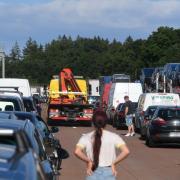 Nach einem Unfall auf der A8 zwischen den Anschlussstellen Zusmarshausen und Adelsried staut sich der Verkehr weit zurück.
