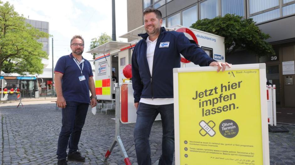 Station am Schlössle macht derzeit das Corona-Impfmobil. Frank Plamboeck (links)  von der Stadt Augsburg und Stephan Hampel von der Bäuerle Ambulanz koordinieren die Abläufe.