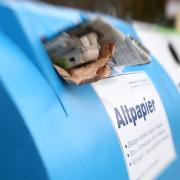 In einem Altpapier-Container wurden 200 ungeöffnete Briefe entsorgt.