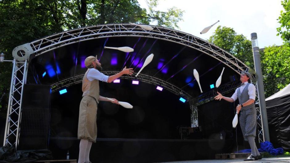 Das Duo Opus Furore, Jonglierkünstler und Comedians, trat bei La Strada im Kulturbiergarten am Königsplatz auf.