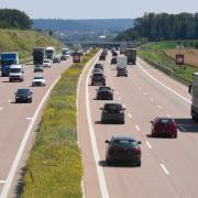 Eine Verkehrsbeeinflussungsanlage begrenzt auf der A8 zwischen Adelsried und Leipheim an neuralgischen Stellen die Höchstgeschwindigkeit auf 120 Stundenkilometer.