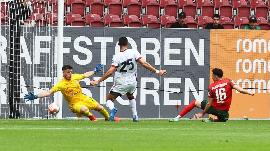 Ruben Vargas trifft für den FC Augsburg zum 1:0 gegen Alessio Cragno.