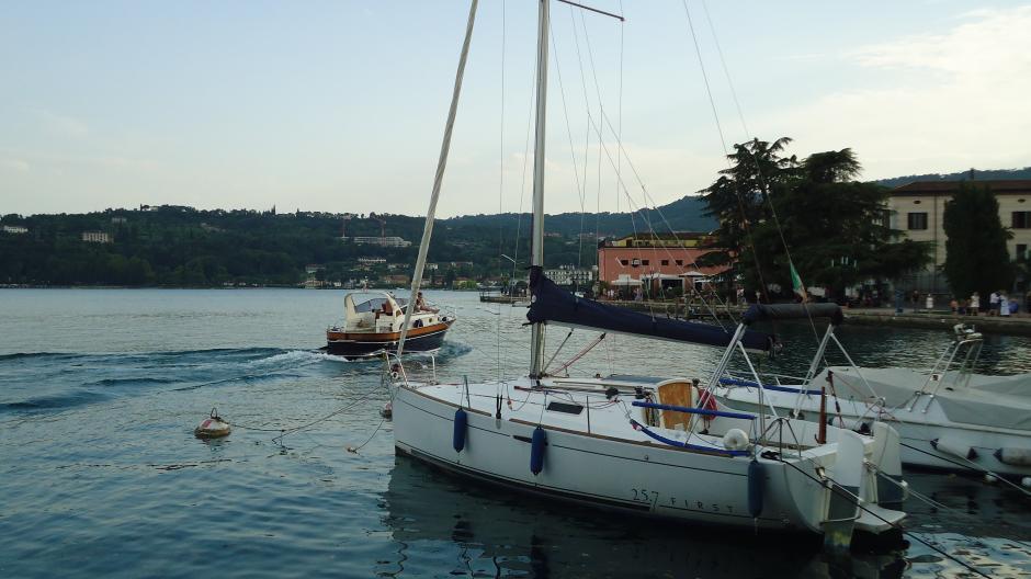Das Hafenbecken von Salò: Dort liegen die Segel- und Motorboote vieler Urlauber vor Anker. Das der beiden Deutschen war weit spektakulärer anzusehen als diese hier.