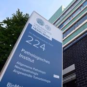 Peter Schirmacher, Chef-Pathologe der Uni Heidelberg, warnt vor einer möglichen hohen Dunkelziffer an Impftoten. Experten widersprechen.