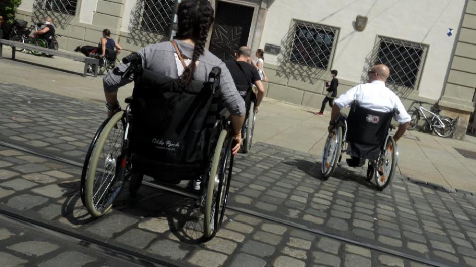 Auch Straßenbahnschienen können für Rollstuhlfahrer eine schwer überwindbare Barriere sein.