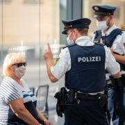 Immer wieder kommt es zu Konflikten mit Maskenverweigerern. Im Landkreis Aichach-Friedberg hat Tankstellen-Personal schlechte Erfahrungen gemacht, die Zahl der Zwischenfälle dort nimmt offenbar zu.
