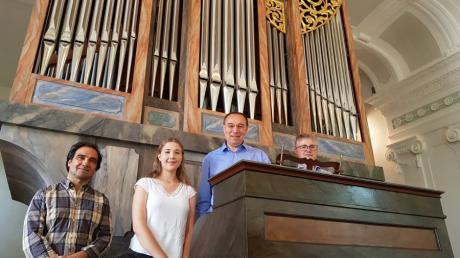 Sie sind stolz auf die restaurierte Kirchenorgel samt Spieltisch in Neuburg. Von links: Orgelbauer Martin Geßner, Organistin Maria Härtl, Chorleiter Wolfgang Härtl sowie Organist und Bürgermeister Markus Dopfer.