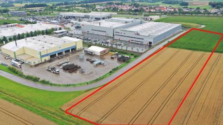 Das Kimmerle-Areal an der A8 in Günzburg. Unter anderem haben sich die Firmen Wiegel und Peri dort angesiedelt. Nun soll östlich auf dem noch unbebauten Areal eine bis zu 500 Meter lange Halle errichtet werden - als ungefährer Umriss rot eingezeichnet.
