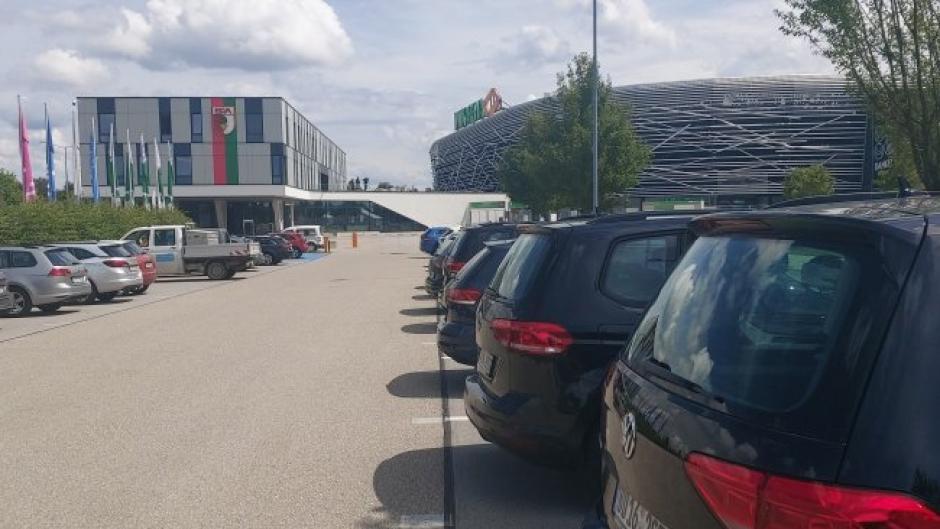 Neun Zivil-Autos  mit Kennzeichen der  Bundesfinanzdirektion (rechts) standen vor der Geschäftsstelle des FC Augsburg am Dienstag.