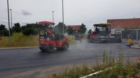 Die Asphaltierungsarbeiten am Kreisverkehr im Todtenweiser Ortsteil Sand sind seit Mittwoch abgeschlossen. Laut Staatlichem Bauamt Augsburg wird der Kreisverkehr im Lauf des späten Freitagnachmittags wieder für den Verkehr freigegeben.