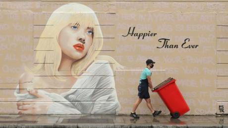 Ein Wandgemälde in Dublin, das die US-Sängerin Billie Eilish in der Optik ihrer neuen Platte  «Happier Than Ever» zeigt, gemalt von der Künstlerin Emmalene Blake.